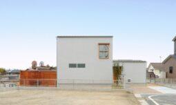 滋賀県栗東市の注文住宅のグレーの塗り壁の外観